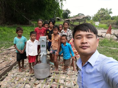 Siem Reap - Children gather at the newly constructed water well
